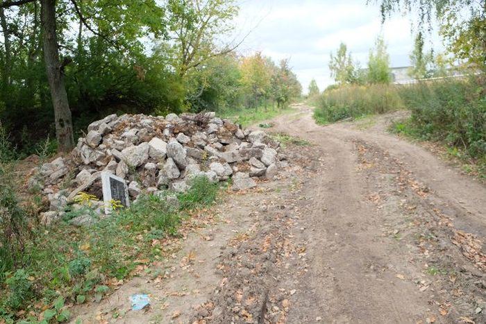 выровняли дорогу с помощью надгробных плит