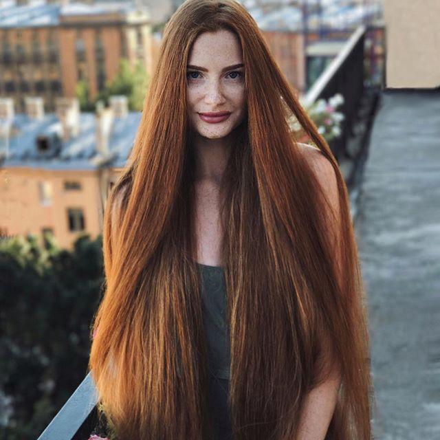 Девушка с роскошными волосами