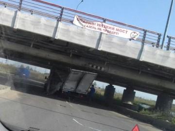 «ГАЗель» застряла под низким мостом
