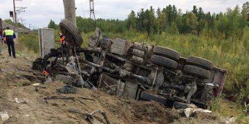 поезд Адлер - Нижневартовск столкнулся с грузовиком