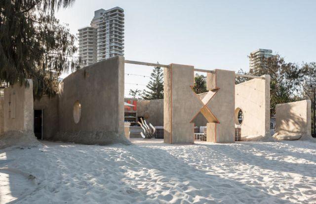 хостел, построенный из песка