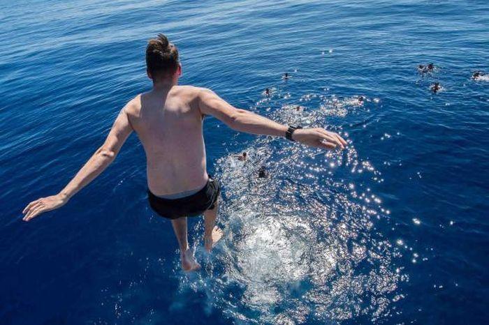 военные моряки купаются