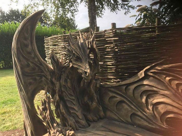 Скамейка в форме дракона