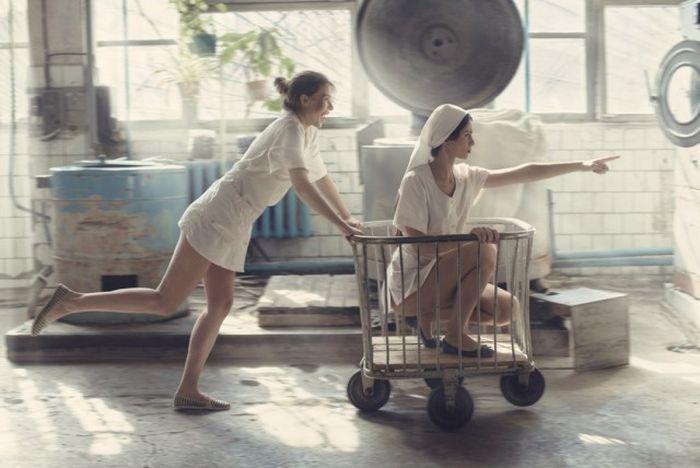 Фотосессия веселых и красивых девушек в прачечной