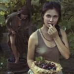 Красивые девушки собирают урожай