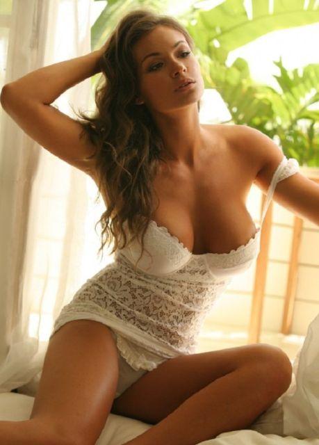 Девушка в сексуальном белом нижнем белье с кружевными трусиками