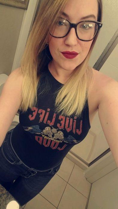 Блондинка в очках сделала селфи дома