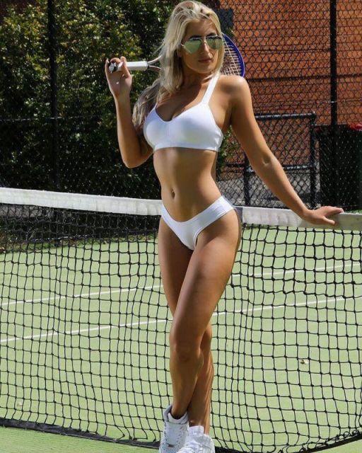 Стройная теннисистка в спортивном бра и трусиках белого цвета