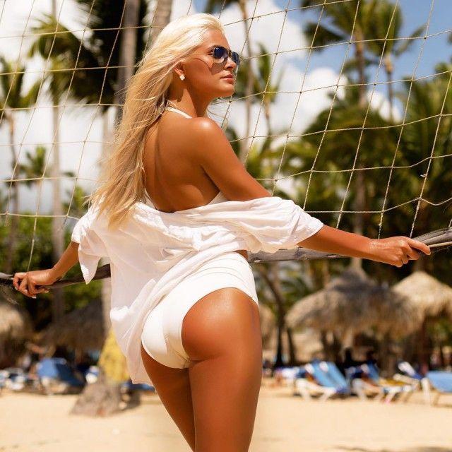 Селфи блондинки в белье белого цвета с большой попой сзади
