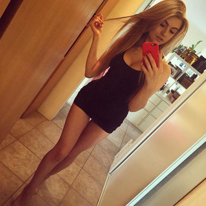 Красивые девушки в сексуальных платьях