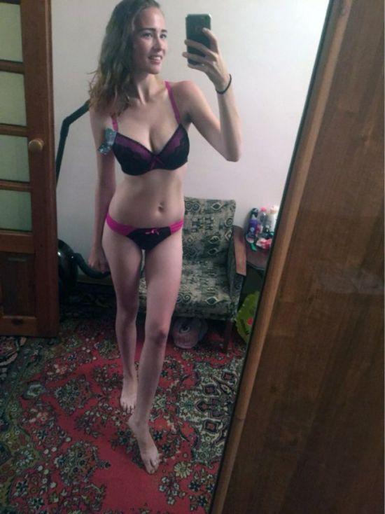 Селфи девушки в своей комнате в нижнем белье