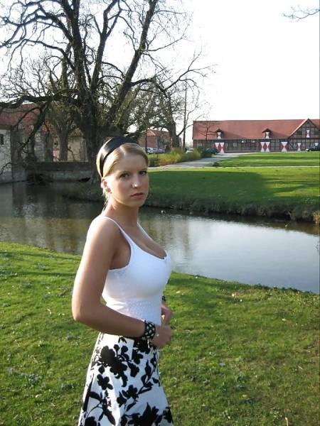 Фото малолетней красотки с большими, но натуральными грудями, позирующей возле своего дома