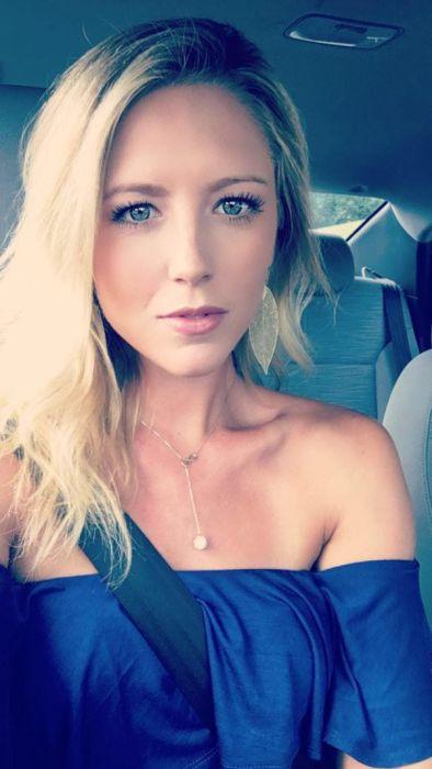 Селфи блондинки в синем платье