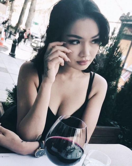 Айжан Байзакова пьет красное вино