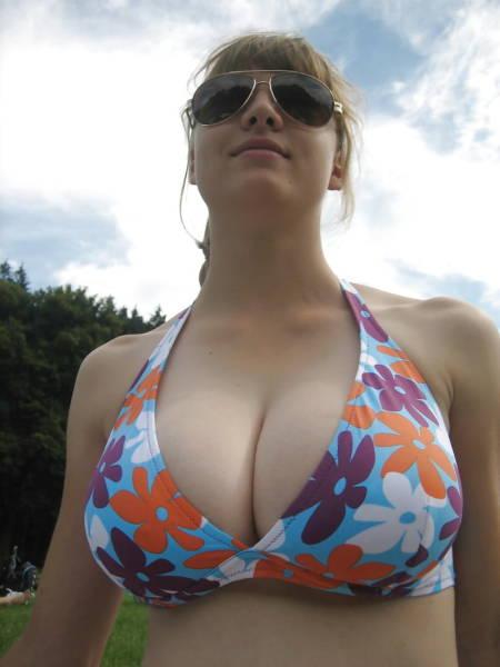 Девушка с большой натуральной грудью в купальнике с большими цветами