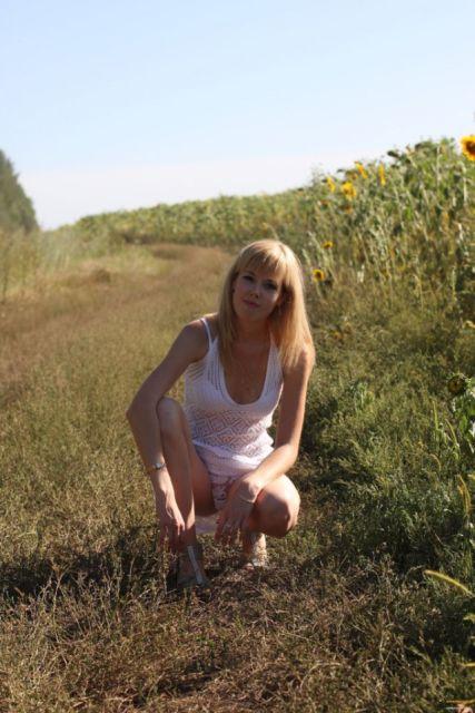 Фото девушки в белоснежном нижнем белье, сделанное в поле