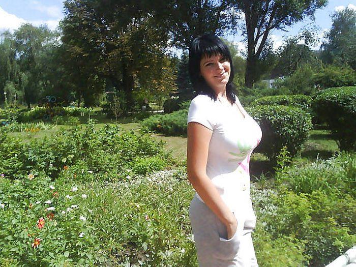 Женщина с большой натуральной грудью в саду