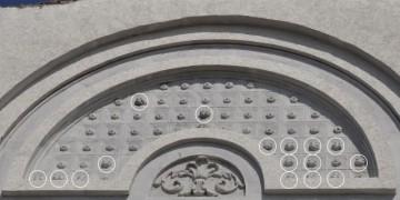 Фасад исторического здания украсили пластиковые бутылки