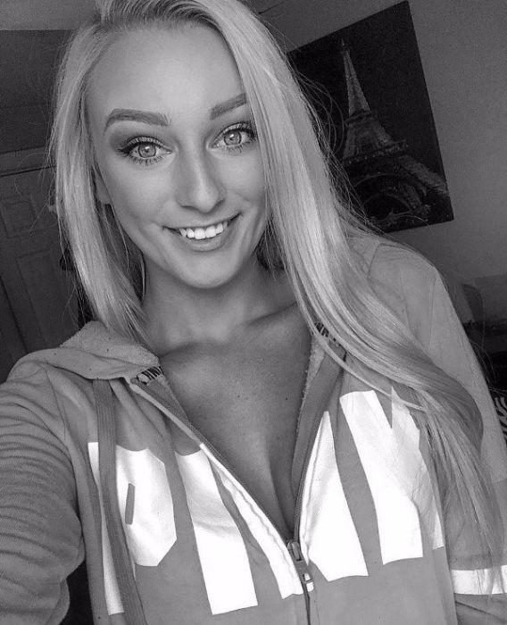 Черно-белое фото себяшки очаровательной блондинки