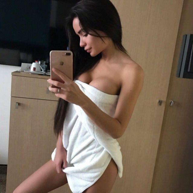 Фото черненькой девушки в белом полотенце вместо белья на голое тело
