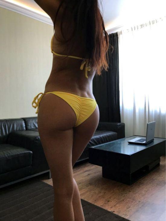 Селфи красотки в желтом нижнем белье сзади