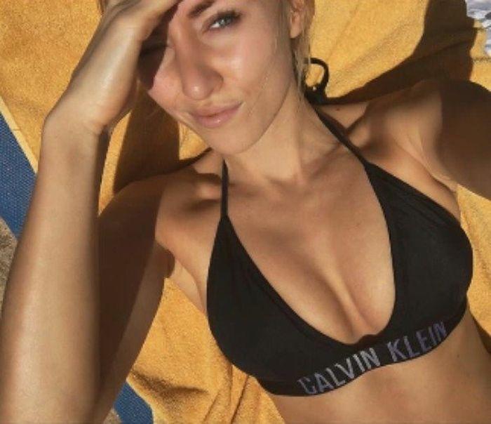 Селфи загорающей девушки в черном купальнике