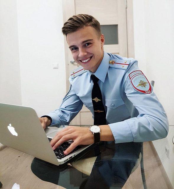 полицейский покорил сердца девушек