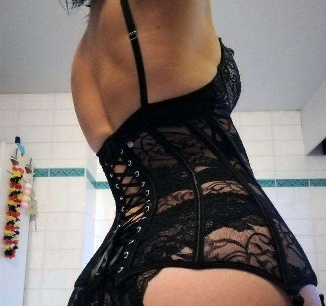 Селфи сбоку стройной телочки в прозрачном пеньюаре и нижнем белье