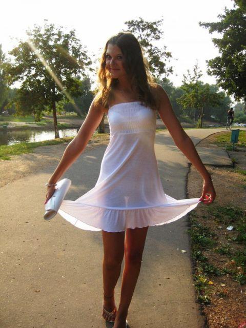 Девушка в белоснежном коротком платье и белом нижнем белье под ним