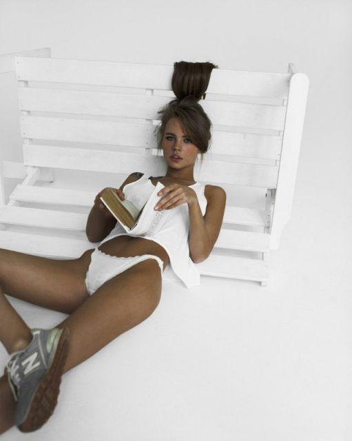Селфи гламурной телочки с красивым загаром в белом белье