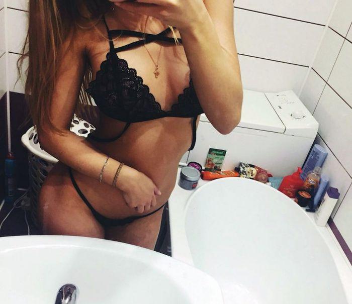 Селфи телочки в ванной комнате в черных мини-стрингах