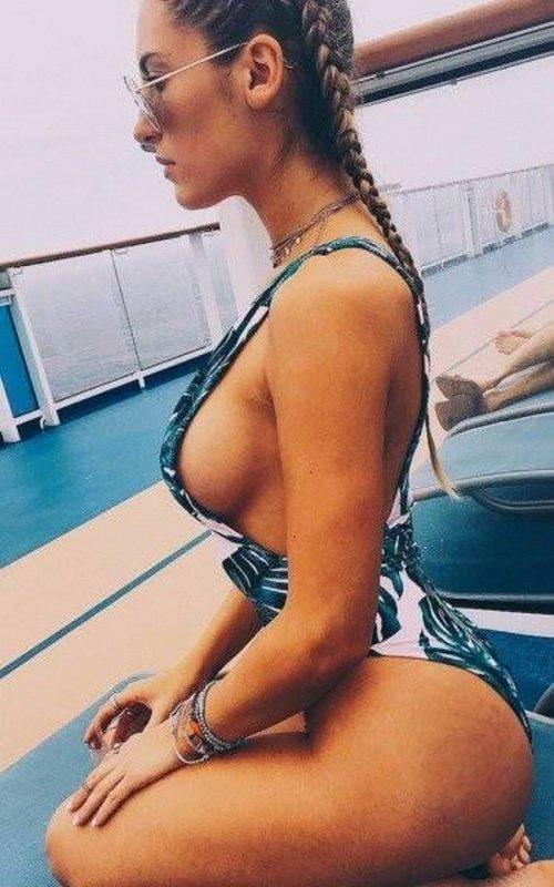 Соблазнительные девушки в купальниках