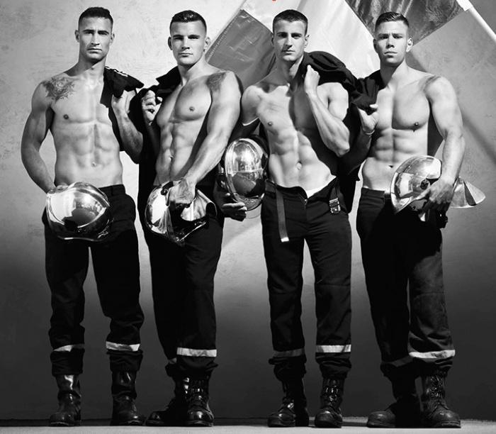 Черно-белое фото для мужского календаря 2018 года: четыре накачанных голых по пояс мужчины-пожарника стоят на фоне французского флага