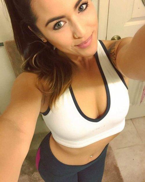 Селфи очень красивой груди девушки в ванной комнате