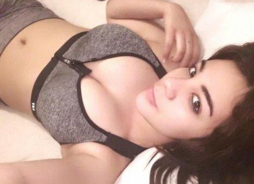 Фото голых сексуальных брюнеток с нормальной грудью на кровати — 2