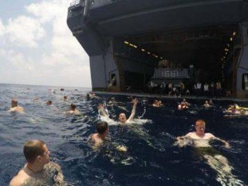 американские матросы купаются в океане (22 фото)