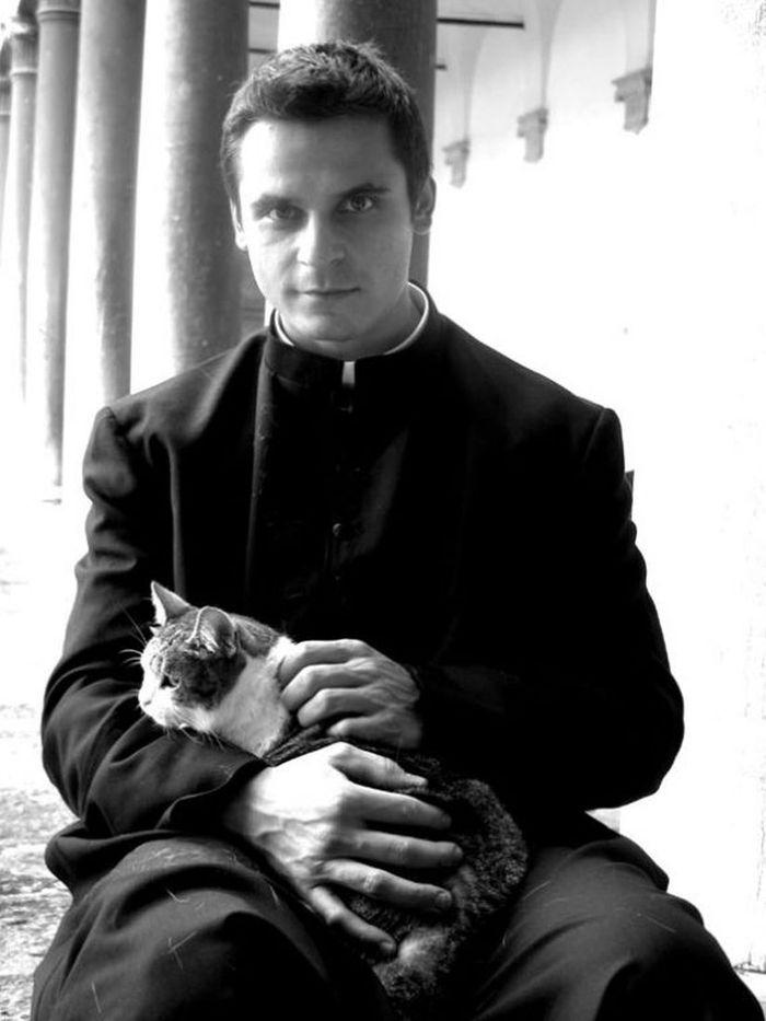 Ватиканские священники «взорвали» Интернет своими фото для календаря (17 фото)