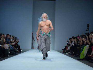 80-летний Ван Дэшунь гордо шагает по подиуму (6 фото)