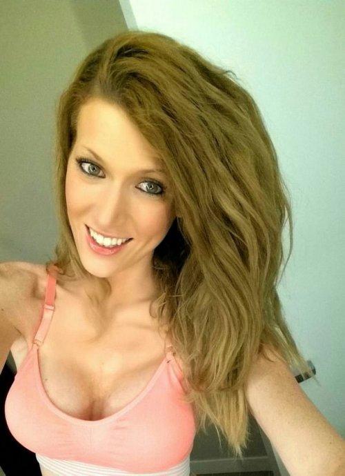 Русая красотка сделала селфи своей груди в розовом лифчике