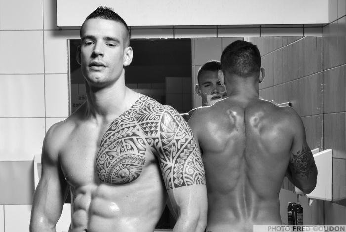 Два голых горячих и очень накачанных мужчины с татуировками позируют в ванной для мужского календаря 2018 года