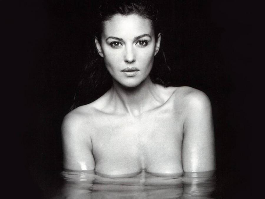 Моника Беллуччи обнажила грудь