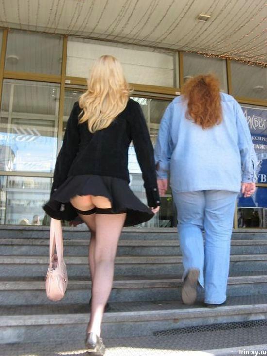 Блондинка без трусиков и в черных чулках засветила свою попку