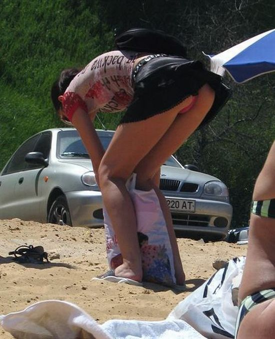 Правильно нагнуться и и весь пляж видит твою жопу