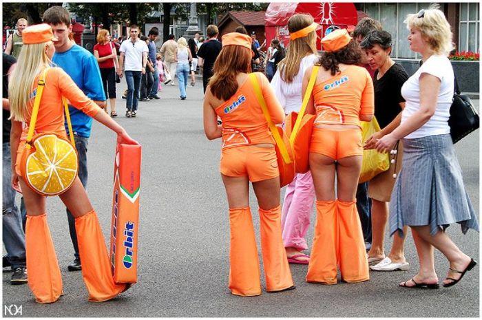 Девушки с красивыми попами в оранжевых костюмах сзади