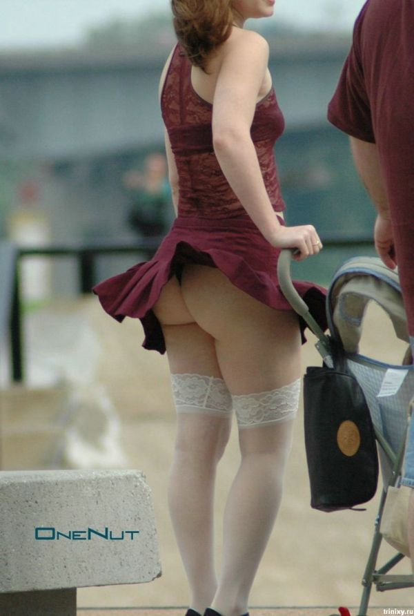 Гофрированная мини юбка засветила кружевные чулки и попу в стрингах у красотки