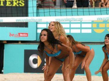 Девушки в бикини на чемпионате по пляжному волейболу (61 фото)