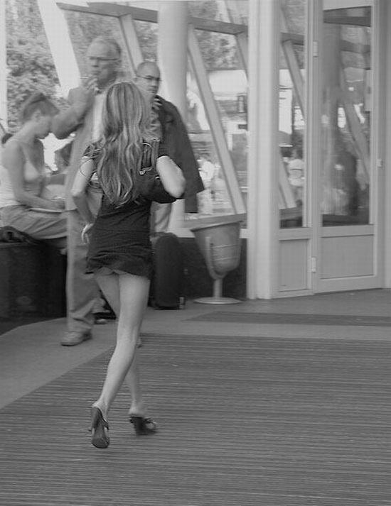 Девушка в настолько коротком платье, что светится ее попа