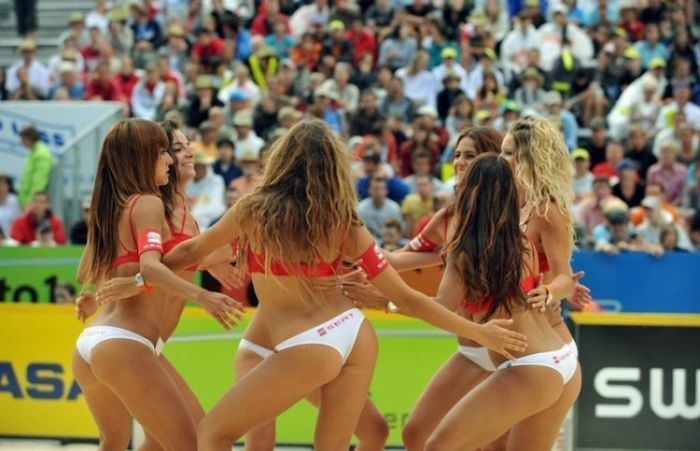Девушки из группы поддержки на пляжном волейболе (27 фото)