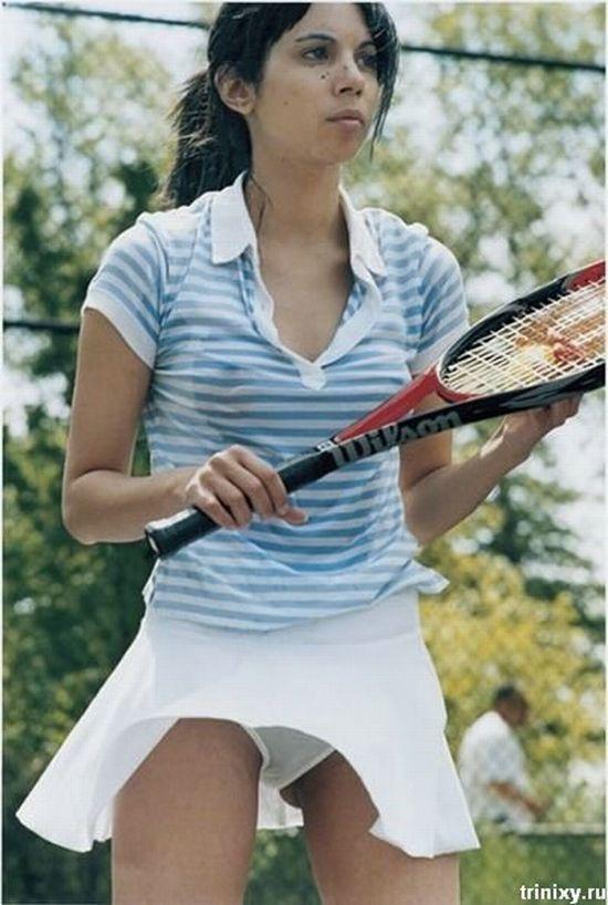Мини теннисистки, из-под которых видны белые трусики