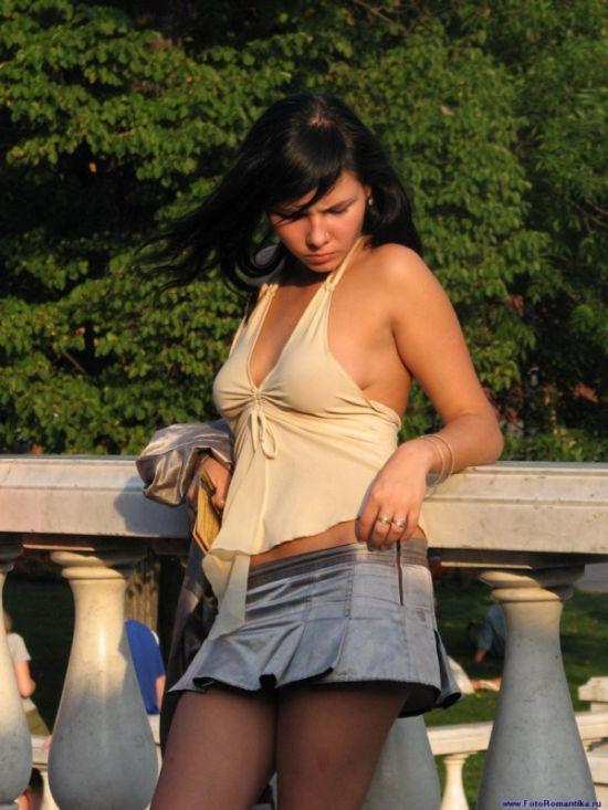 Девушка в короткой джинсовой миниюбке